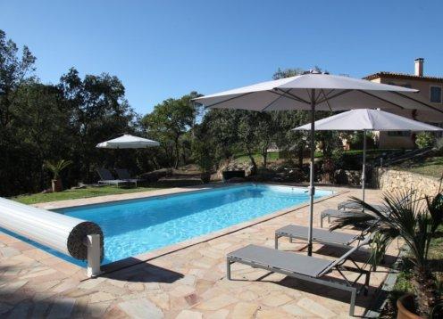 Zeer comfortabel huis in de buurt van het dorp, rustige omgeving, een groot verwarmd zwembad